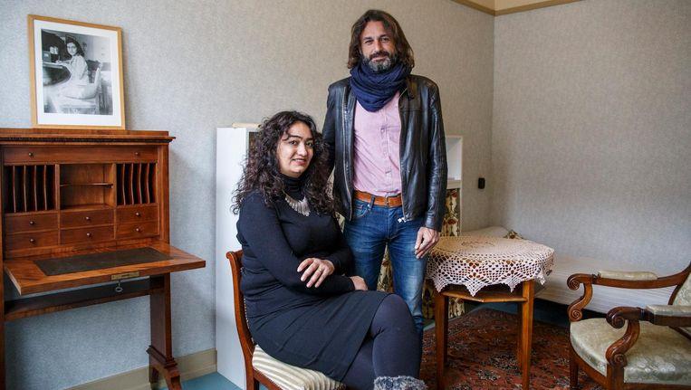 Het Syrische echtpaar Samer Alkadri en zijn vrouw Gulnar Hajo in de voormalige slaapkamer van Anne Frank Beeld Carly Wollaert