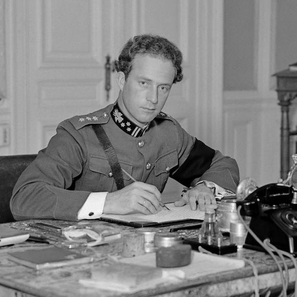 Koning Leopold III achter zijn bureau in het paleis te Laken in 1934.