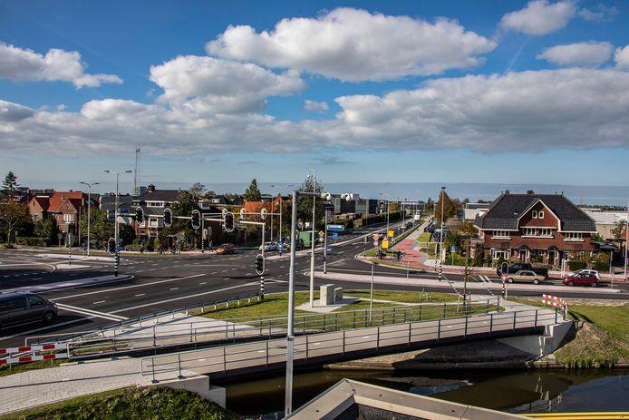 Het compleet vernieuwde kruispunt van de Burgemeester Elsenweg met de Dijkweg, gezien vanaf bloemenveiling Royal FloraHolland.