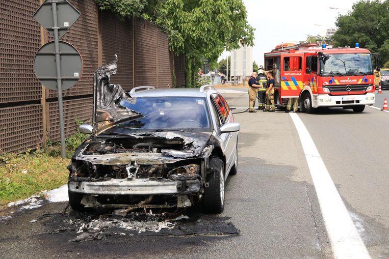 De auto, die nog maar net een nieuwe motor had gekregen, brandde deels uit.