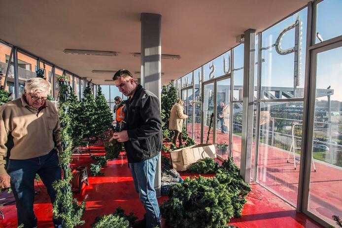 De kerstbomen werdenwoensdag in het ballasthuis opgezet. Foto Jan van Eijndhoven/BeeldWerkt
