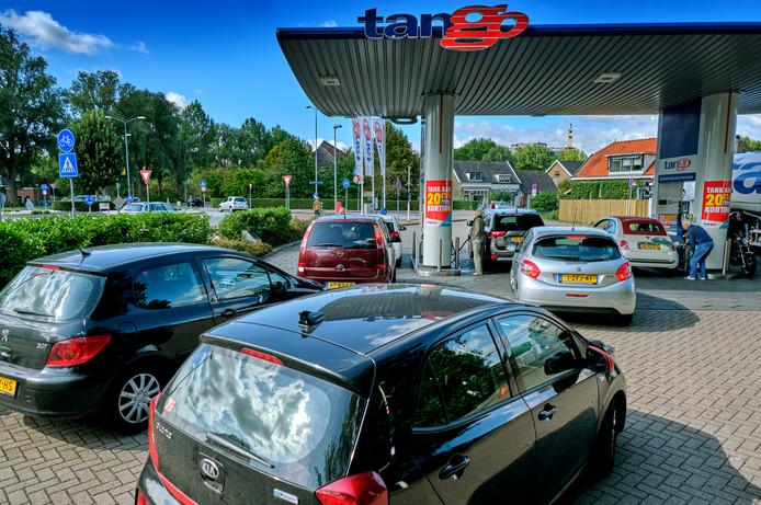 Met de stijgende benzineprijzen wordt het zoeken naar de goedkoopste pomp weer interessanter. Bij de Tango in Dubbeldam is het druk maar geen gekkenhuis.