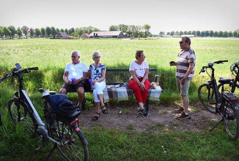 Gepensioneerden pauzeren tijdens hun fietstocht in Winterswijk. Beeld Marcel van den Bergh / de Volkskrant