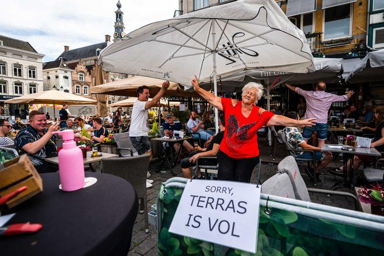 Gasten vieren feest op het terras van café Tijl Uilenspiegel op de Markt in Den Bosch. Beeld ANP
