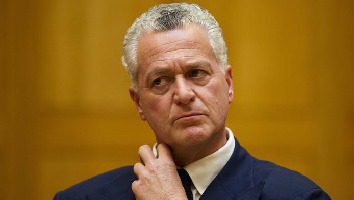 Bram Moszkowicz hoort het oordeel van de tuchtrechter aan.