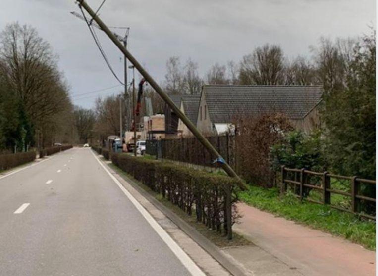 Op de Werchtersebaan in Tremelo kwam een verlichtingsbaal in kabels terecht.