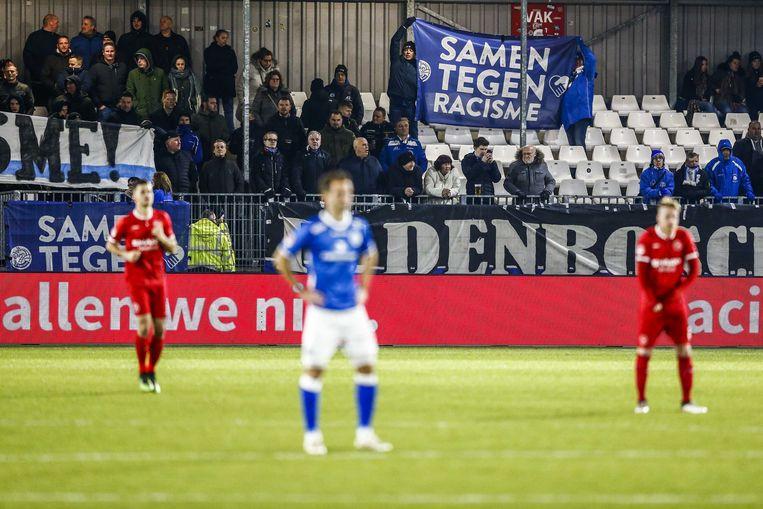 Spelers van FC Den Bosch en Almere houden voor aanvang van de eerstedivisiewedstrijd vorige week tegen Almere City een minuut stilte om aandacht te vragen voor racisme rond het voetbalveld. Beeld ANP