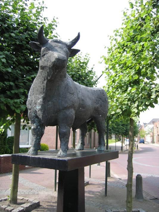 Fier keek de Bronzen Os jarenlang uit over de Markt in Ossendrecht, als symbool van de carnaval én de identiteit van het dorp.