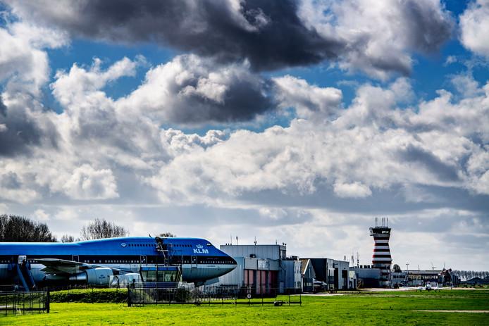 Er hangen donkere wolken boven Lelystad Airport. Gaat het vliegveld volgend jaar open of wordt het wéér uitgesteld? In mei neemt het kabinet een besluit.
