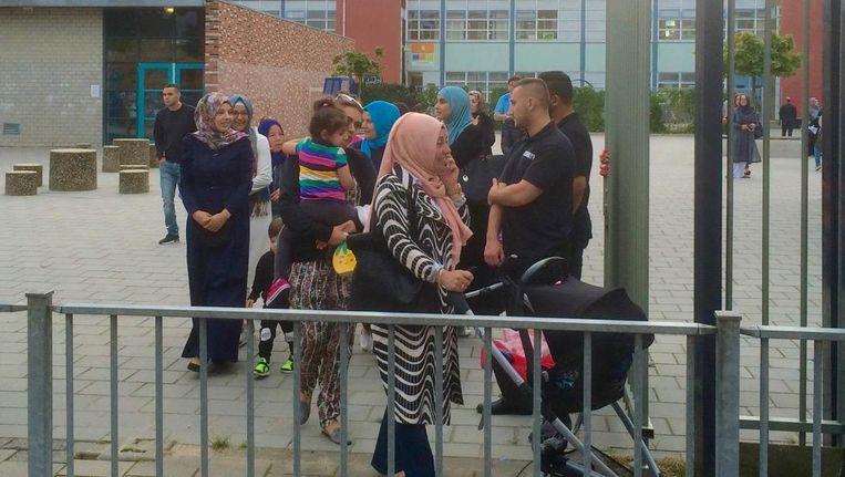 Beveiligers kijken toe bij de start van de eerste schooldag van het nieuwe jaar op basisschool Witte Tulp Beeld Jop van Kempen