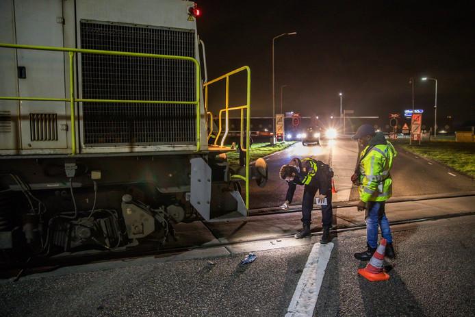 Onderzoek na de kleine botsing tussen een locomotief en een vrachtwagen op het industrieterrein in Moerdijk.