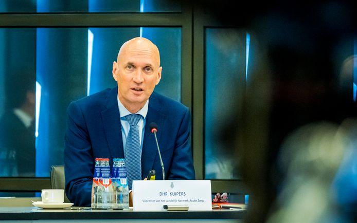 Ernst Kuipers tijdens een technische briefing in de Tweede Kamer.