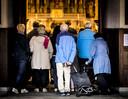 Bezoekers komen aan bij de Grote Kerk voor de dienst ter nagedachtenis aan de vier omgekomen slachtoffers van het spoorwegongeval, hun nabestaanden en de gewonden. Verschillende gebedshuizen openden deze dag de deuren.