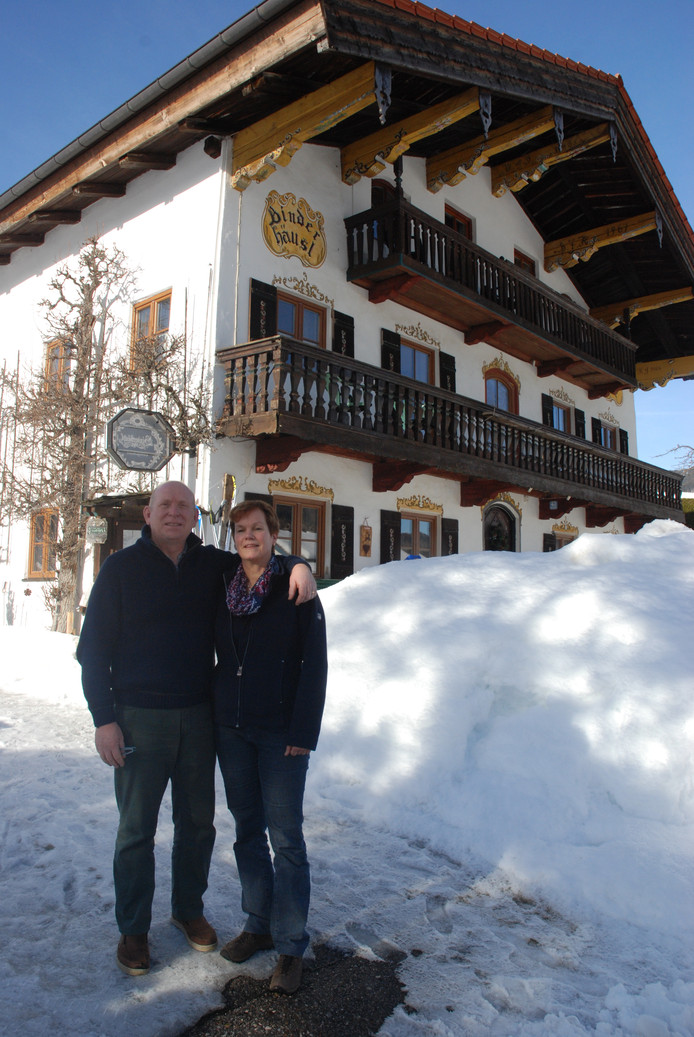 Moeder Monique Frei en stiefvader Henk Pruis van schaatser Thomas Krol voor het hotel waar Thomas zelf ook meerdere keren met Jong Oranje verbleef in Inzell.