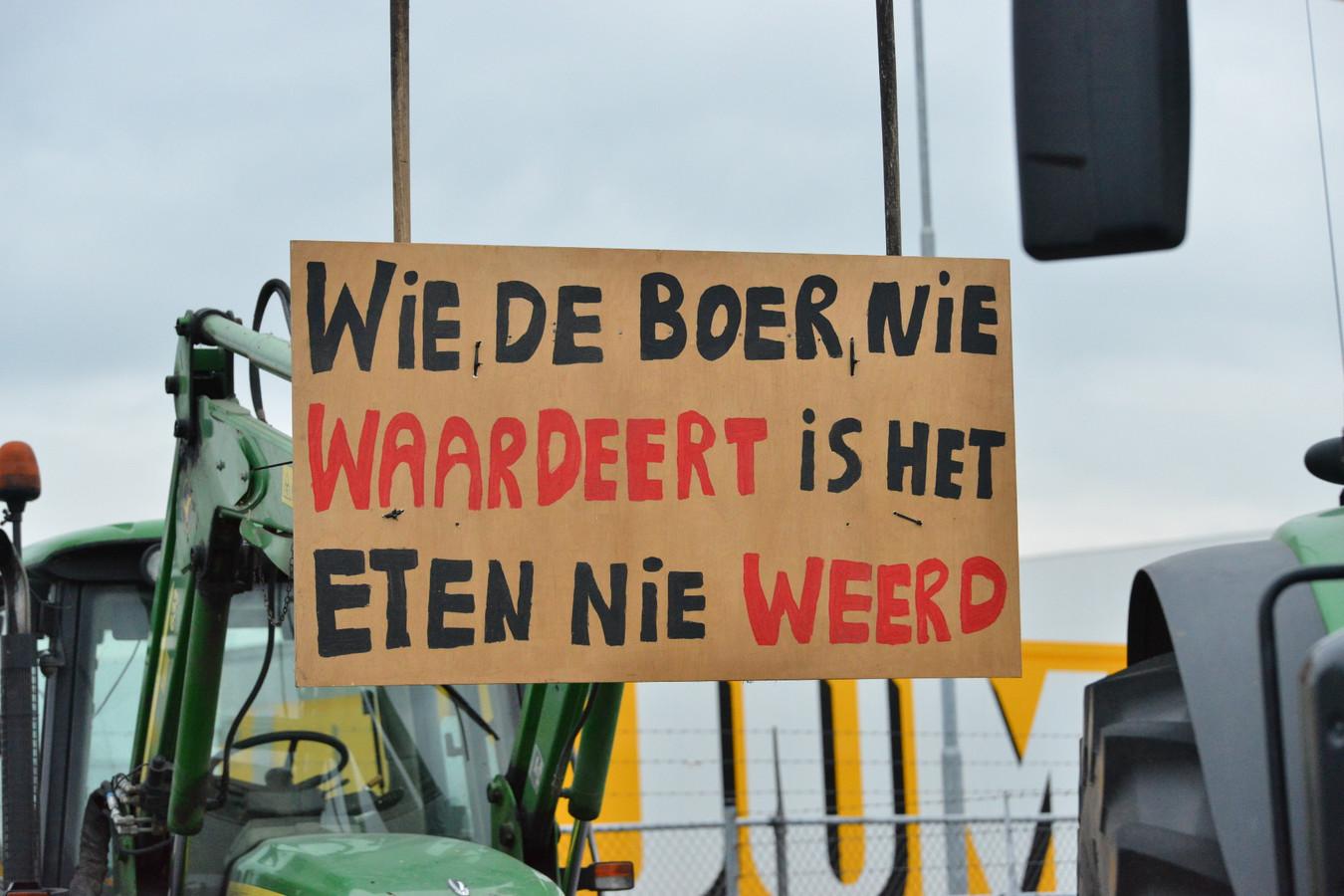 Honderd boeren blokkeren het distributiecentrum van Jumbo in Breda.