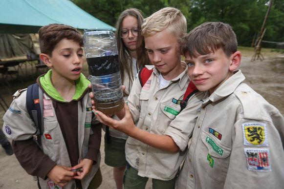 De kinderen van jeugdbeweging FOS 163ste Bevers uit Langdorp bekijken het resultaat van hun zelfgemaakte wespenval.