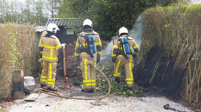 Brandweerlieden blussen de brand in Zieuwent.