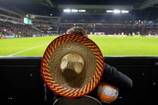 Een ballenjongen met sombrero.