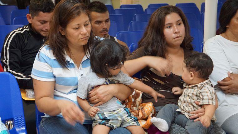 Moeders en kinderen wachten in een humanitair centrum in de grensstad McAllen in Texas.