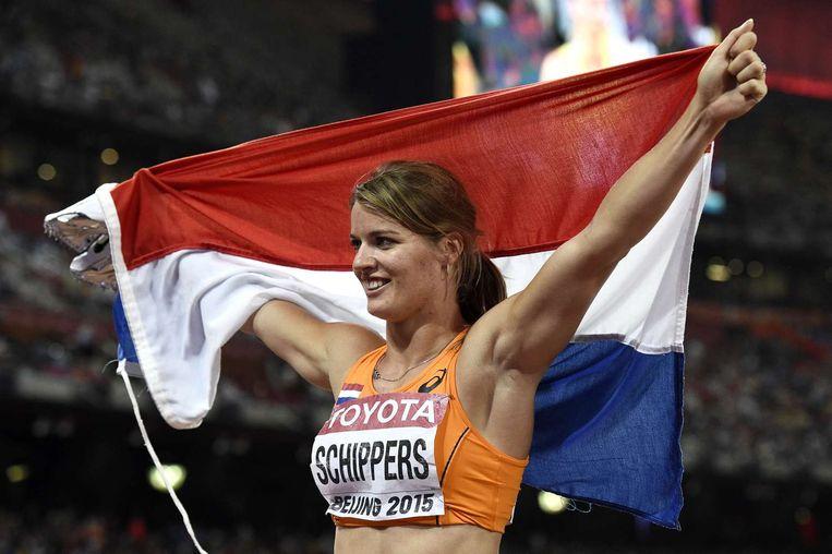 Dafne Schippers houdt trots de Nederlandse vlag omhoog. Beeld anp