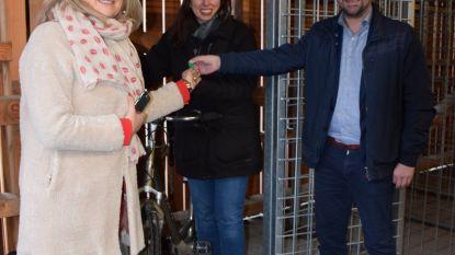 Eerste bewoners nemen fietsenberging  in Peterseliestraat in gebruik