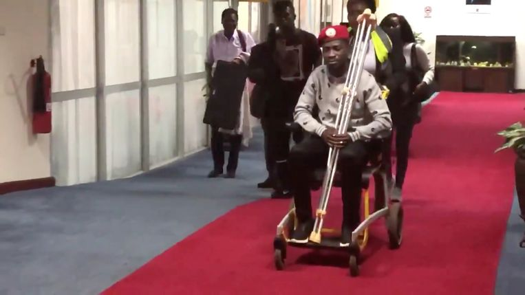 Bobi Wine op het vliegveld van Entebbe, vlak voor zijn vertrek naar de Verenigde Staten. Beeld REUTERS