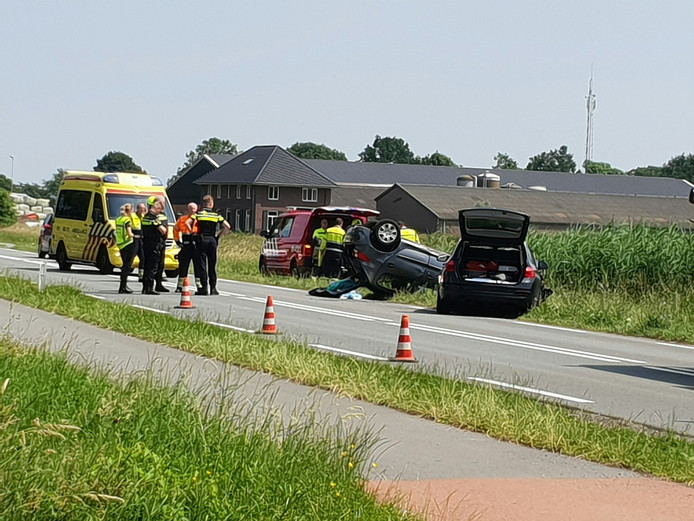Een auto belandde op de kop door het ongeval.