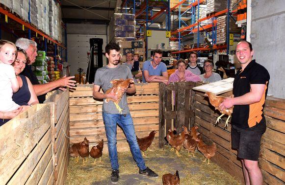 Tibo Heymans en Davy Smeets zorgden ervoor dat iedereen zijn kippen kreeg.