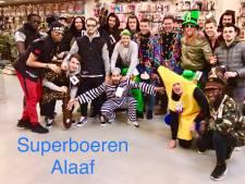 Superboeren vieren carnaval; Ars als kabouter, Diemers in bananenpak