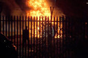 De brandende helikopter op de parkeerplaats bij het King Power Stadium in Leicester.