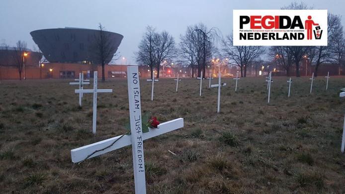 Op de plek waar de nieuwe moskee moet komen, heeft Pegida kruizen geplaatst. De kruizen zijn inmiddels weer verwijderd