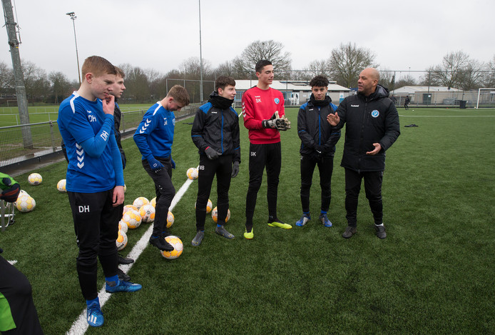 Doelman Sten Kremers (rood shirt) verruilt de jeugdopleiding van De Graafschap voor Ajax.