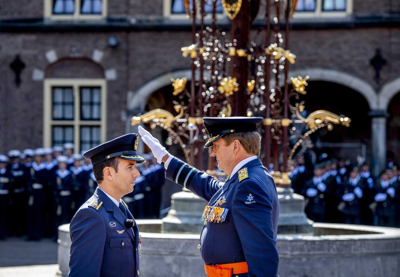 Koning Willem Alexander en Majoor-vlieger Roy de Ruiter tijdens de uitreiking van de Militaire Willems-Orde op het Binnenhof. De Ruiter krijgt de hoogste onderscheiding in Nederland voor heldendaden tijdens zijn tijd als gevechtspiloot.