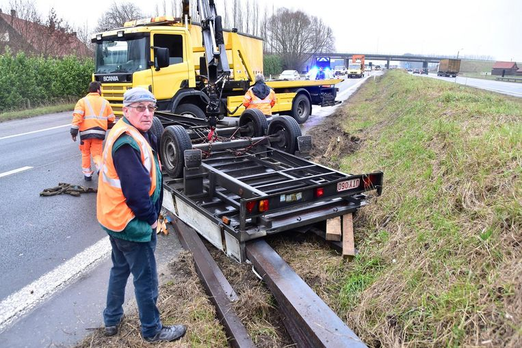 Geert Vandevyvere (62) uit Pittem kwam met de schrik vrij na het ongeval op de E403, waarbij zijn aanhangwagen begon te slingeren en over de kop ging.