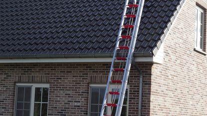 Bliksem slaat gat in dak en veroorzaakt brand