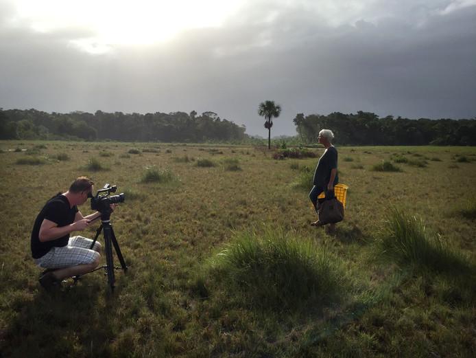 In het binnenland van Suriname tijdens de opnamen voor de film  'Beeldend Licht' van Fokke Baarssen. Een film over glaskunstenares Annemiek Punt. Foto: Astrid Vroemisse 2017