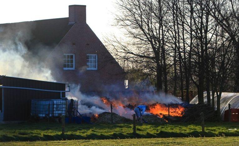 Het vuur werd aangewakkerd door een stevige wind.