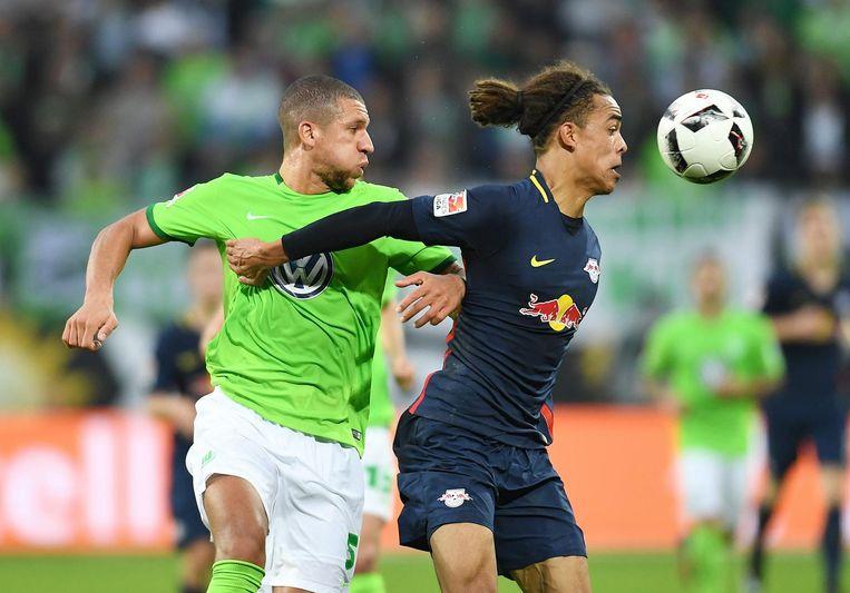 Jeffrey Bruma in actie voor VfL Wolfsburg. Beeld ProShots