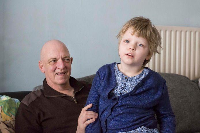 """Sofie Voncken met haar papa Jean-Pierre. """"Haar ziekte wordt al drie jaar in bedwang gehouden dankzij de cannabisolie""""."""