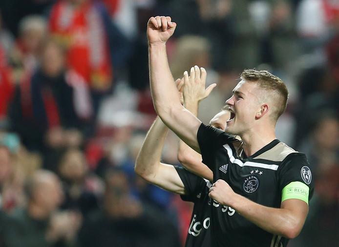 Matthijs de Ligt viert na de 1-1 tegen Benfica feest met de Ajax-aanhang