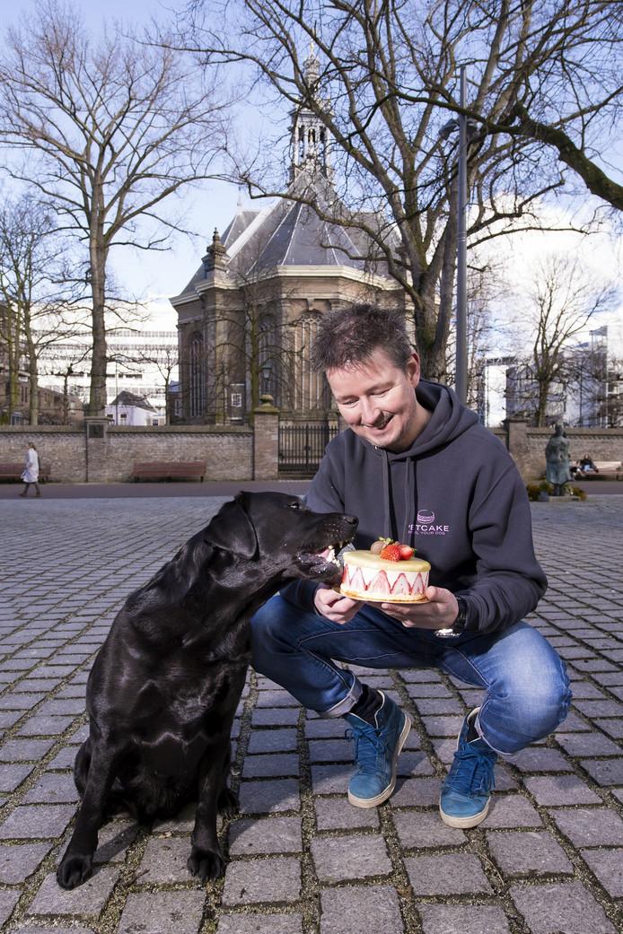 Da's lekker, aardbeientaart! Flowie hapt gretig in de taart die Ronald Barkmeijer speciaal voor hem maakte.