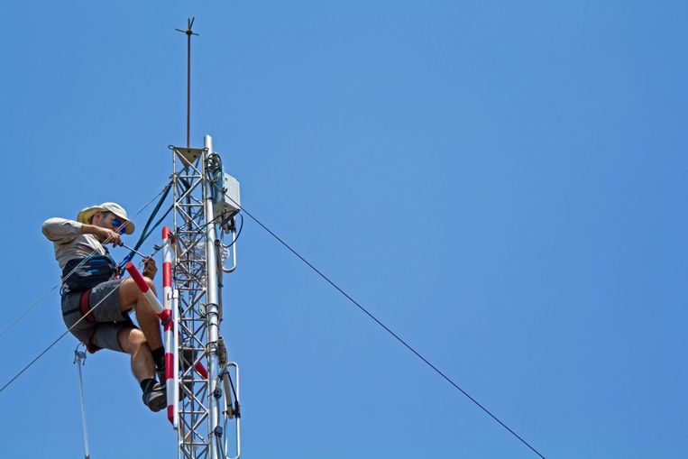 Masten worden geïnstalleerd rond het natuurpark in Botswana. De masten vangen signalen op van gezenderde dieren en dragen bij aan hun veiligheid. Beeld Smart Parks