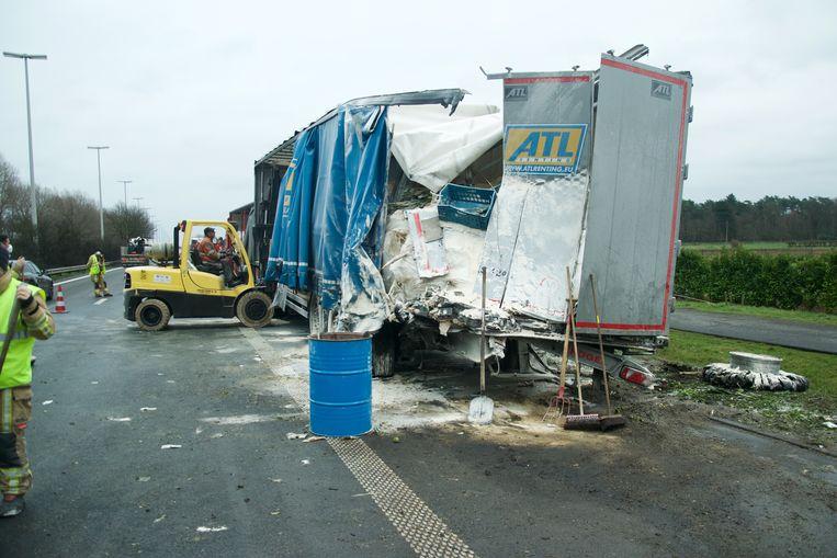 De vrachtwagen geladen met poeder stond geparkeerd op de pechstrook toen hij werd aangereden door de andere trekker.