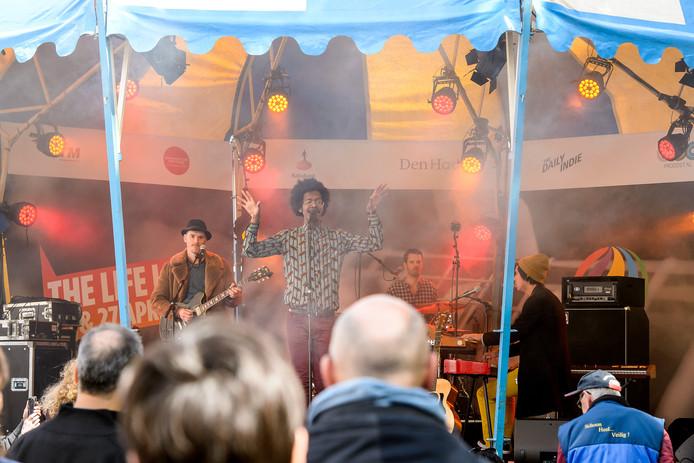 Jeangu Macrooy op de Hofplaats tijdens het Life I Live festival.