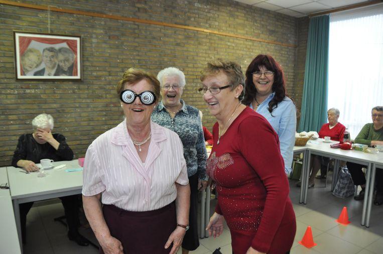 De speciale brillen zorgden voor algehele hilariteit.