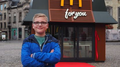 """""""Supercool!"""" McDonald's opent minirestaurant voor superfan Dries nadat die briefje schreef"""