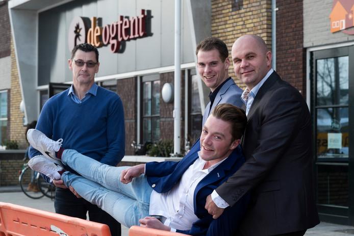 Van links af: Ogtentdirecteur Chris van de Ven, Ricky de Haan en Roel Kersten van grand café Bij Welling en rechts Peter Houthuijzen. Foto Jan van den Brink