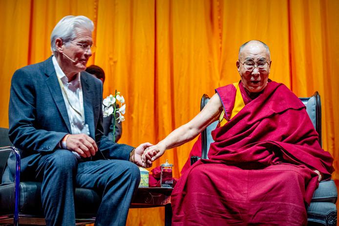 De Dalai Lama en Richard Gere in gesprek voorafgaand aan een lezing van de geestelijk leider van het Tibetaanse volk in Ahoy in Rotterdam.