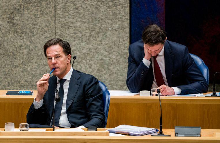 Premier Mark Rutte (VVD) met achter hem minister Wopke Hoekstra van Financië'n (CDA) tijdens een debat in de Tweede Kamer. Beeld Freek van den Bergh / de Volkskrant