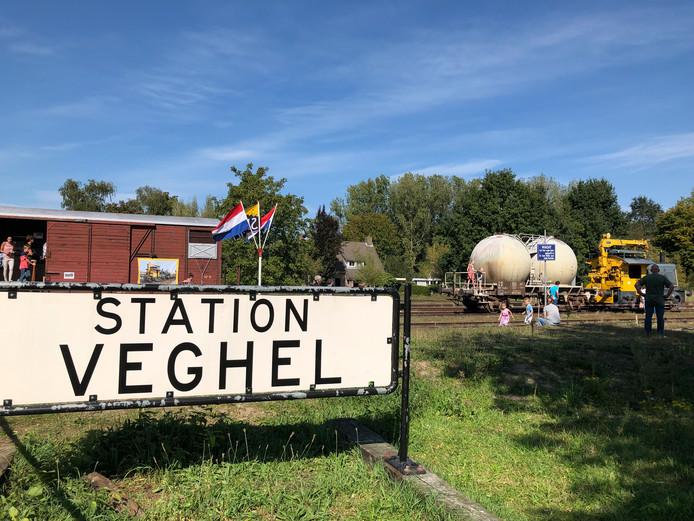 Het is een grote wens van SIEMei om het oude stationsgebouw te herbouwen. Op de achtergrond de goederenwagon uit 1966